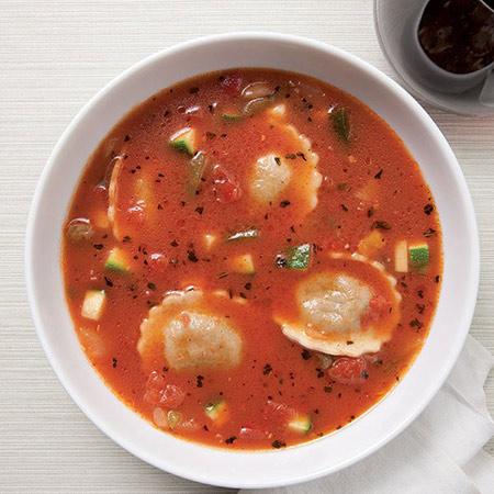 Vruća juha od povrća s raviolima